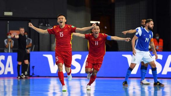 Niềm vui của các cầu thủ futsal Việt Nam sau khi ghi bàn vào lưới Braxin. Ảnh: AFC