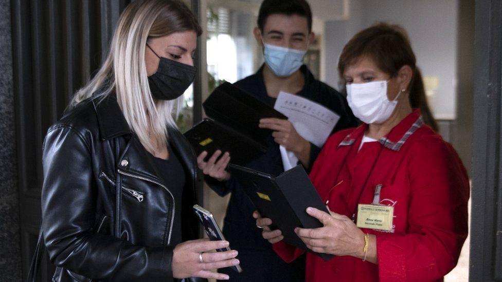 Phụ huynh và nhân viên trường học tại Italia xuất trình thẻ xanh
