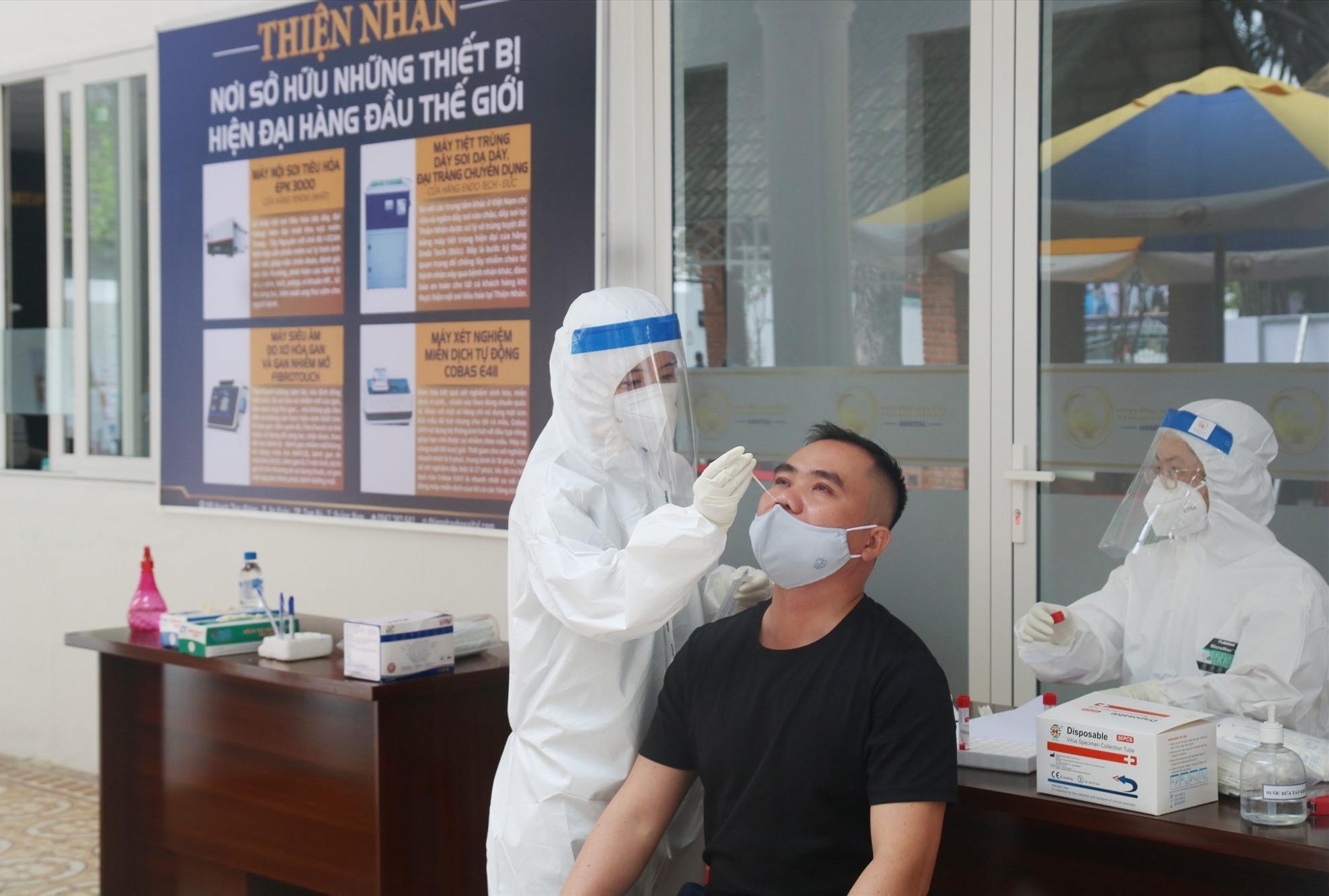 Điểm lấy và nhận mẫu xét nghiệm Covid-19 tại Quảng Nam lấy mẫu cho nhân viên đang làm việc tại đây. Ảnh: X.H