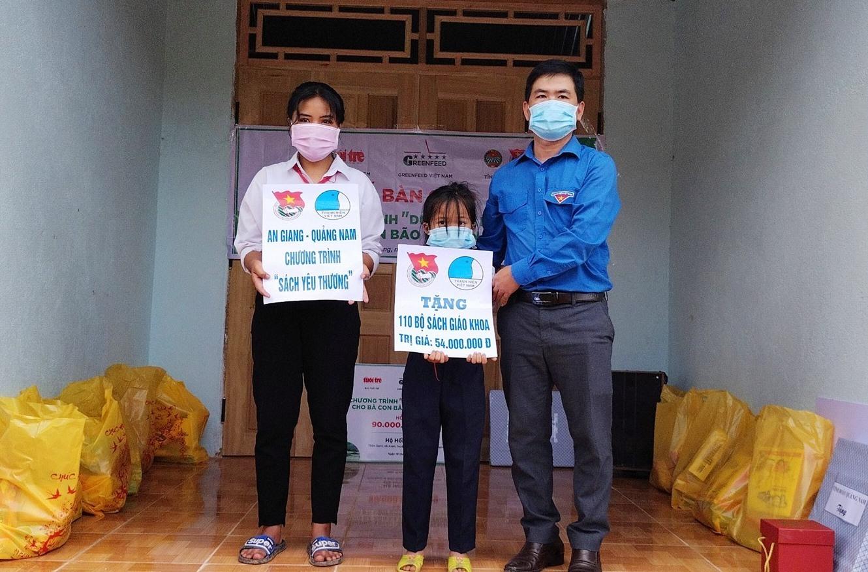 Phó Bí thư Tỉnh đoàn Lê Quang Quỳnh trao biển trưng 110 bộ sách giáo khoa cho các em học sinh huyện Tây Giang. Ảnh: PHAN TUẤN