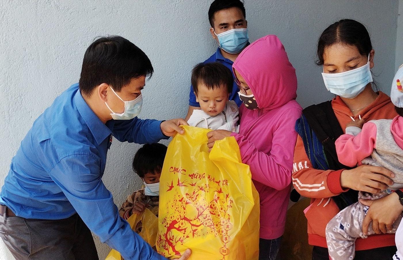 Trung thu đến sớm với các em học sinh xã Axan, huyện Tây Giang. Ảnh: PHAN TUẤN