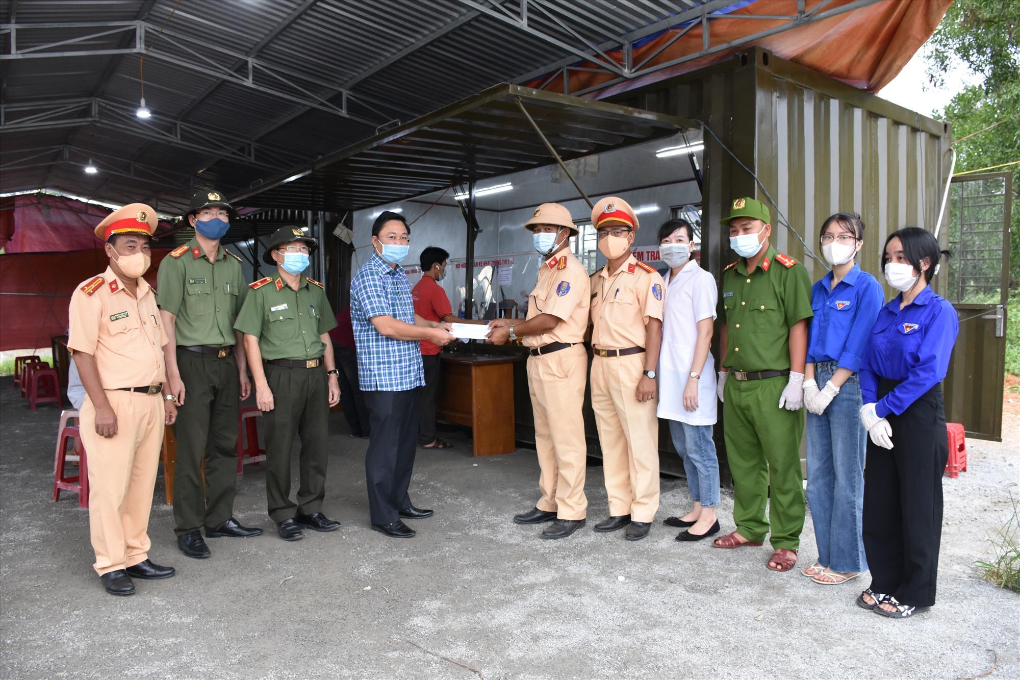Đồng chí Lê Trí Than tặng quà lực lượng làm nhiệm vụ tại chốt Dốc Sỏi.