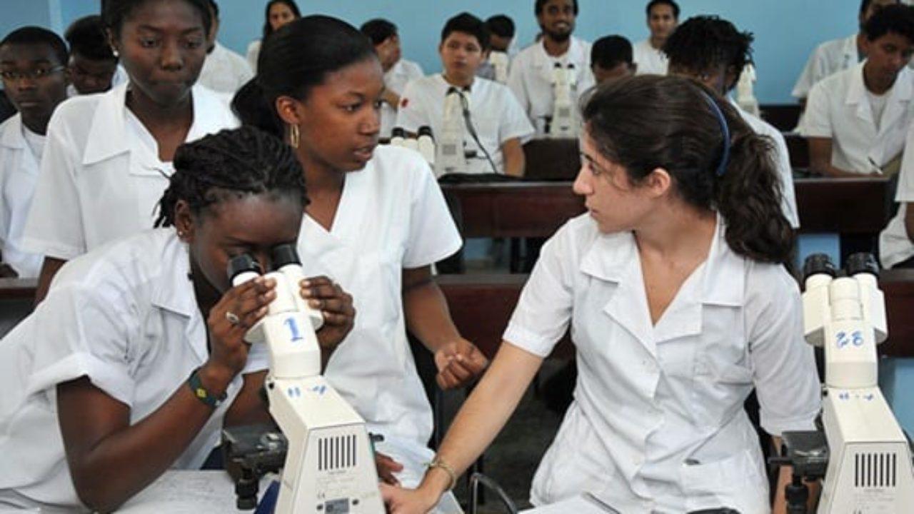 Sinh viên y khoa của Cuba. Ảnh: AP