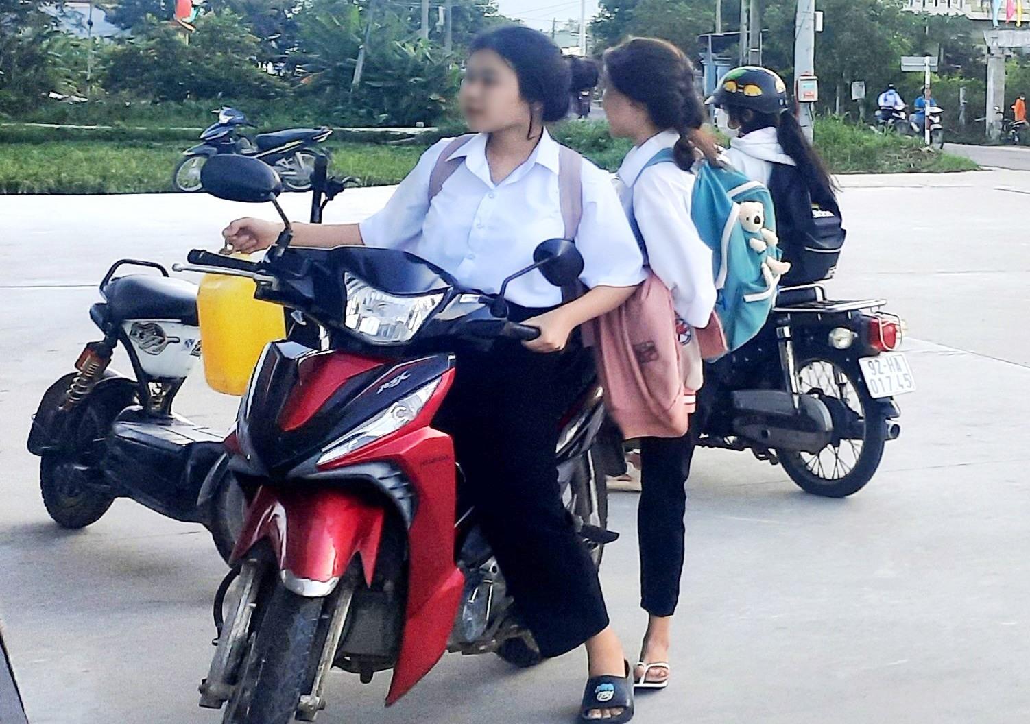 Một học sinh THPT điều khiển xe máy đi học, không đội mũ bảo hiểm. Ảnh: H.Q