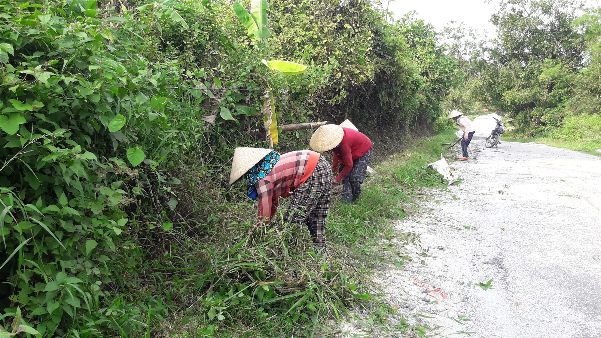 Người dân Tiên Phước khơi thông mương thoát nước trên các tuyến giao thông trước mùa mưa bão. Ảnh: N.H