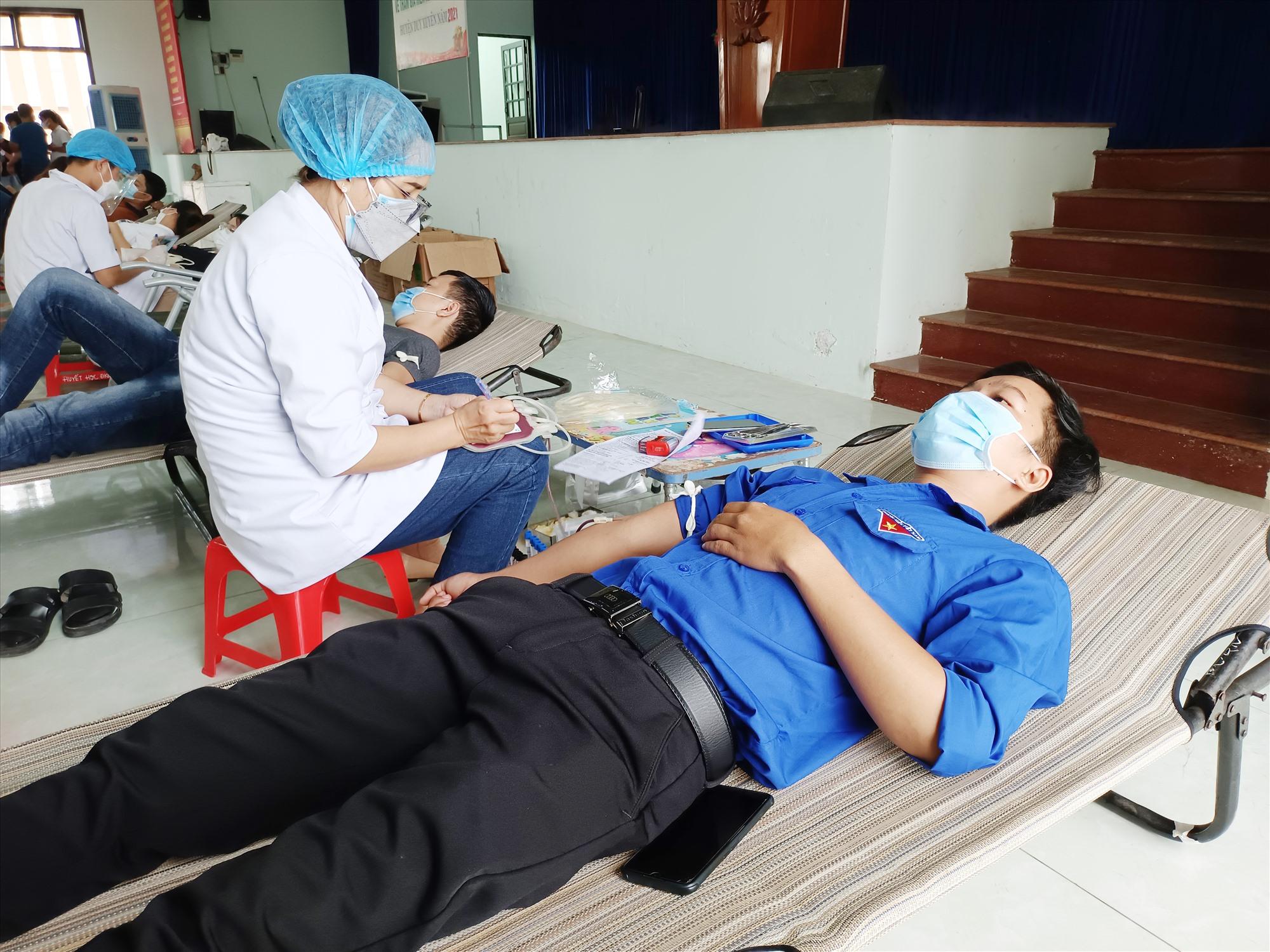 Đoàn viên thanh niên huyện Duy Xuyên tham gia hiến máu tình nguyện. Ảnh: T.M