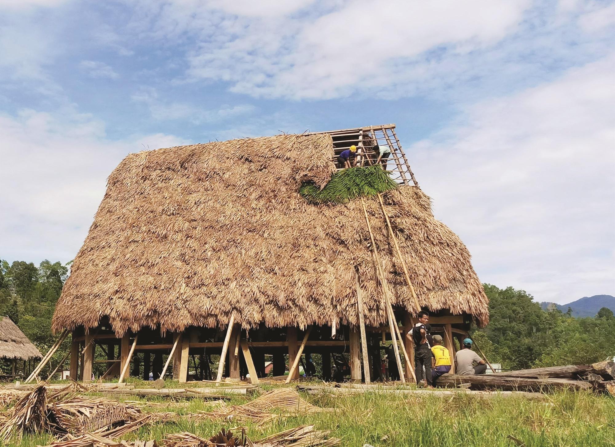 Từ nghị quyết của chi bộ, gươl làng Pơr'ning được khôi phục và đang trong quá trình hoàn thiện. Ảnh: ALĂNG NGƯỚC