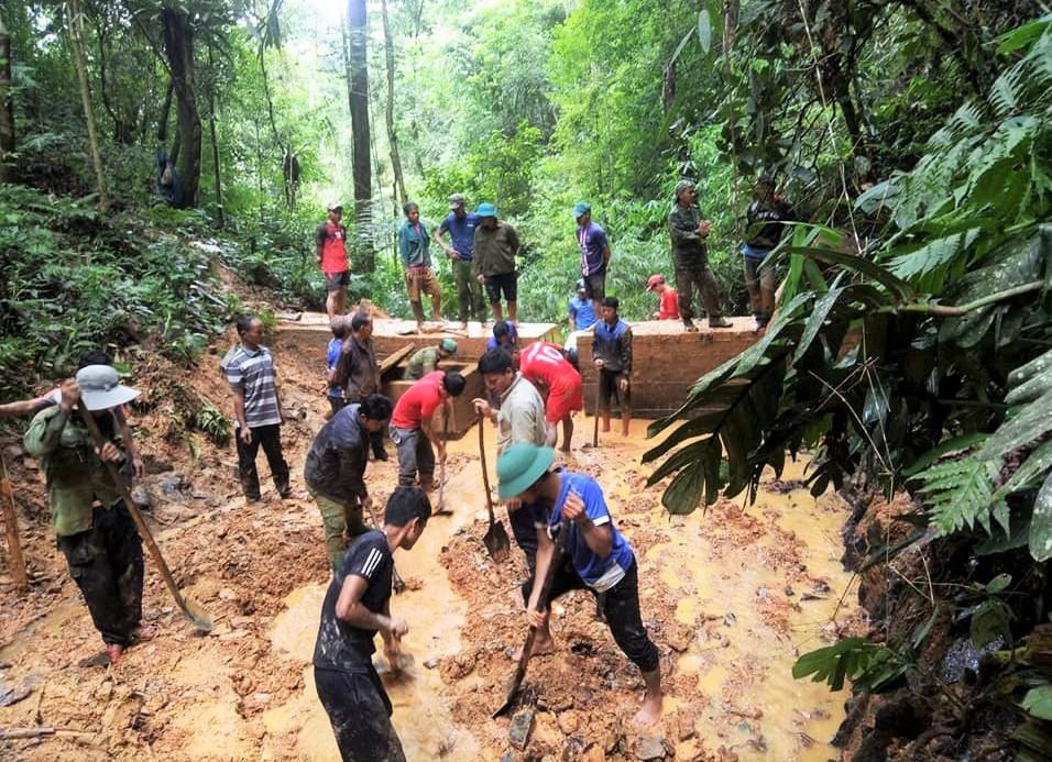 Cán bộ, đảng viên ở xã Lăng cùng người dân nạo vét đưa nước về làng sau ảnh hưởng do mưa lũ. Ảnh: ALĂNG NGƯỚC