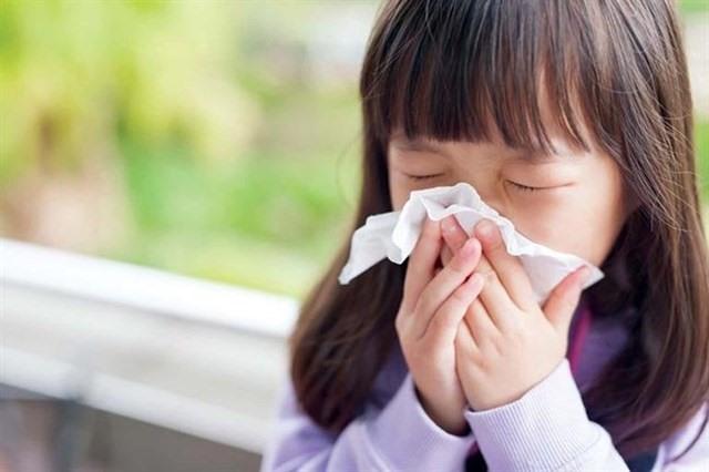 Khi chuyển mùa, trẻ rất dễ mắc cảm cúm.