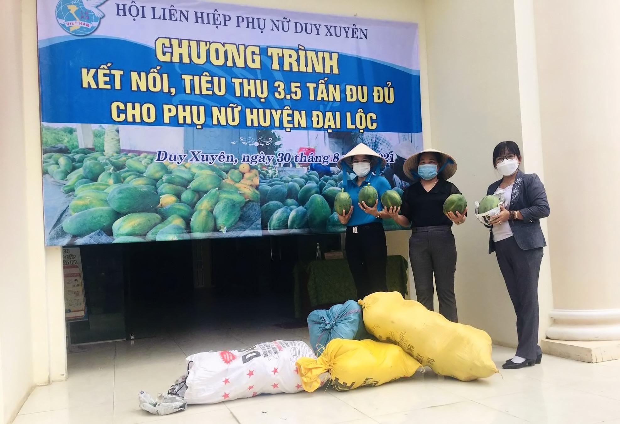 Hội LHPN Duy Xuyên tiếp nhận và hỗ trợ tiêu thụ 3,5 tấn đu đủ cho hội viên phụ nữ Đại Lộc.   Ảnh: T.P