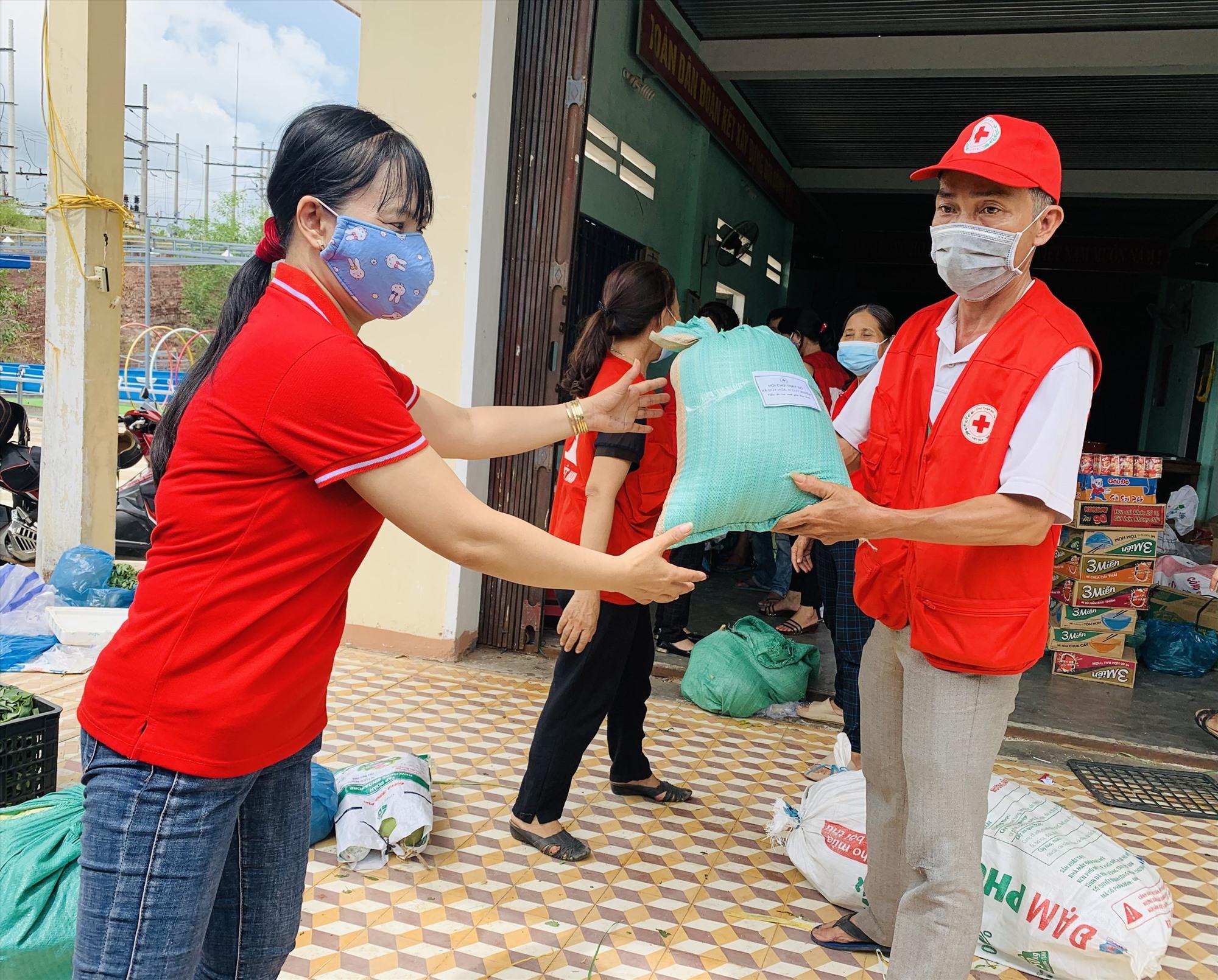 Hội Chữ thập đỏ xã Duy Hòa (Duy Xuyên) tiếp nhận hàng hóa do các tổ chức, cá nhân đóng góp hỗ trợ.     Ảnh: N.P