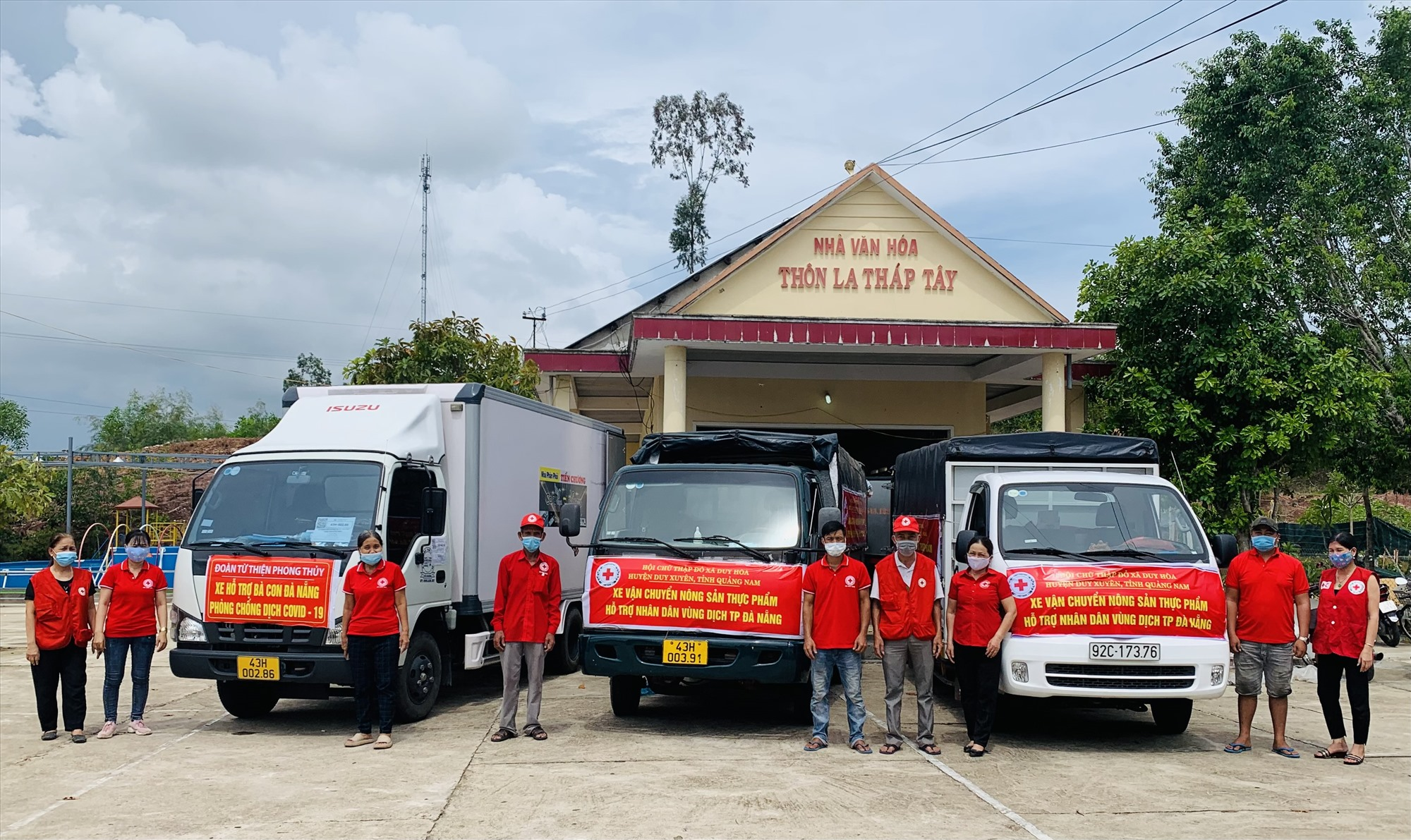 Huy động nhiều phương tiện chở hơn 15 tấn lương thực, thực phẩm ra TP.Đà Nẵng hỗ trợ người dân bị ảnh hưởng bởi dịch Covid-19.     Ảnh: N.P
