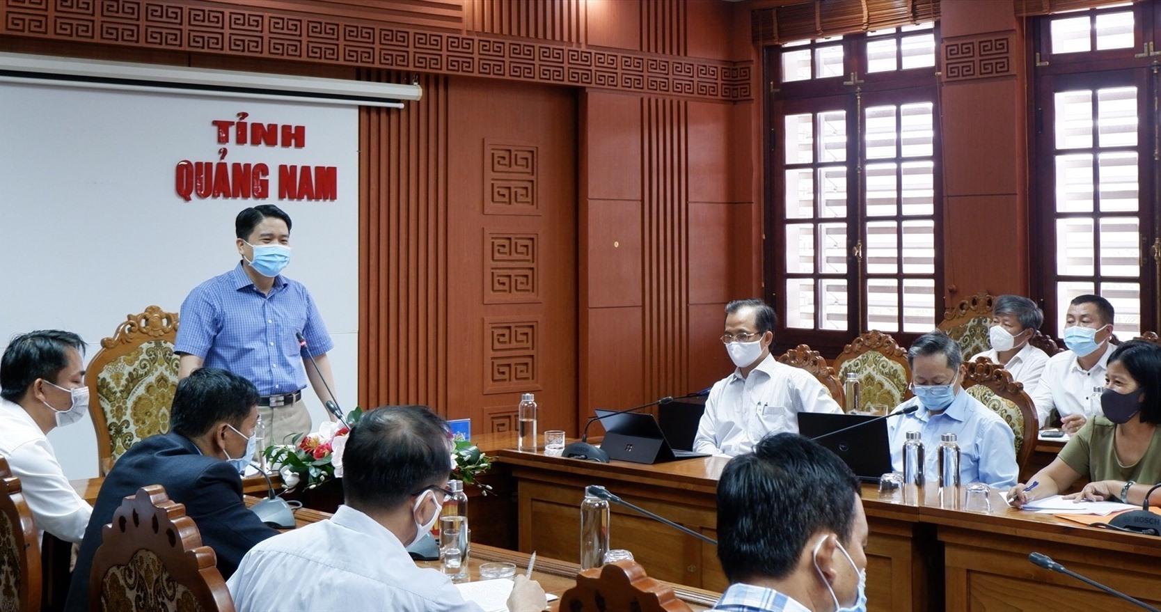 Phó Chủ tịch UBND tỉnh Trần Văn Tân chủ trì cuộc làm việc với các cơ sở y tế ngoài công lập về hoạt động phòng chống dịch Covid-19. Ảnh: X.H