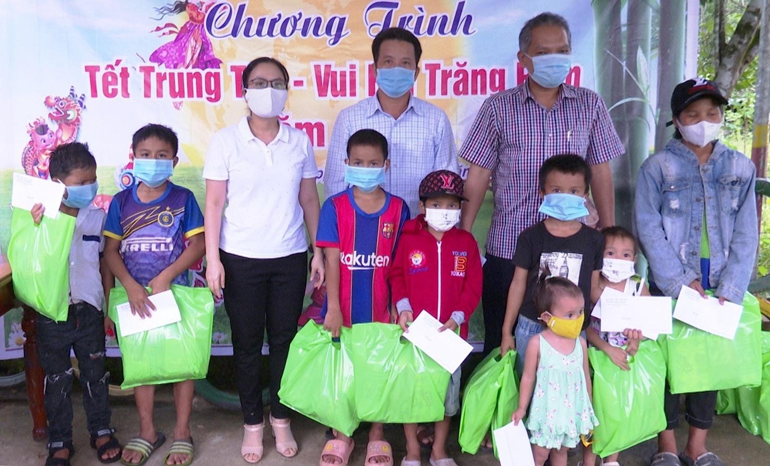 Lãnh đạo Tiên Phước tặng quà cho trẻ em đồng bào dân tộc Cor
