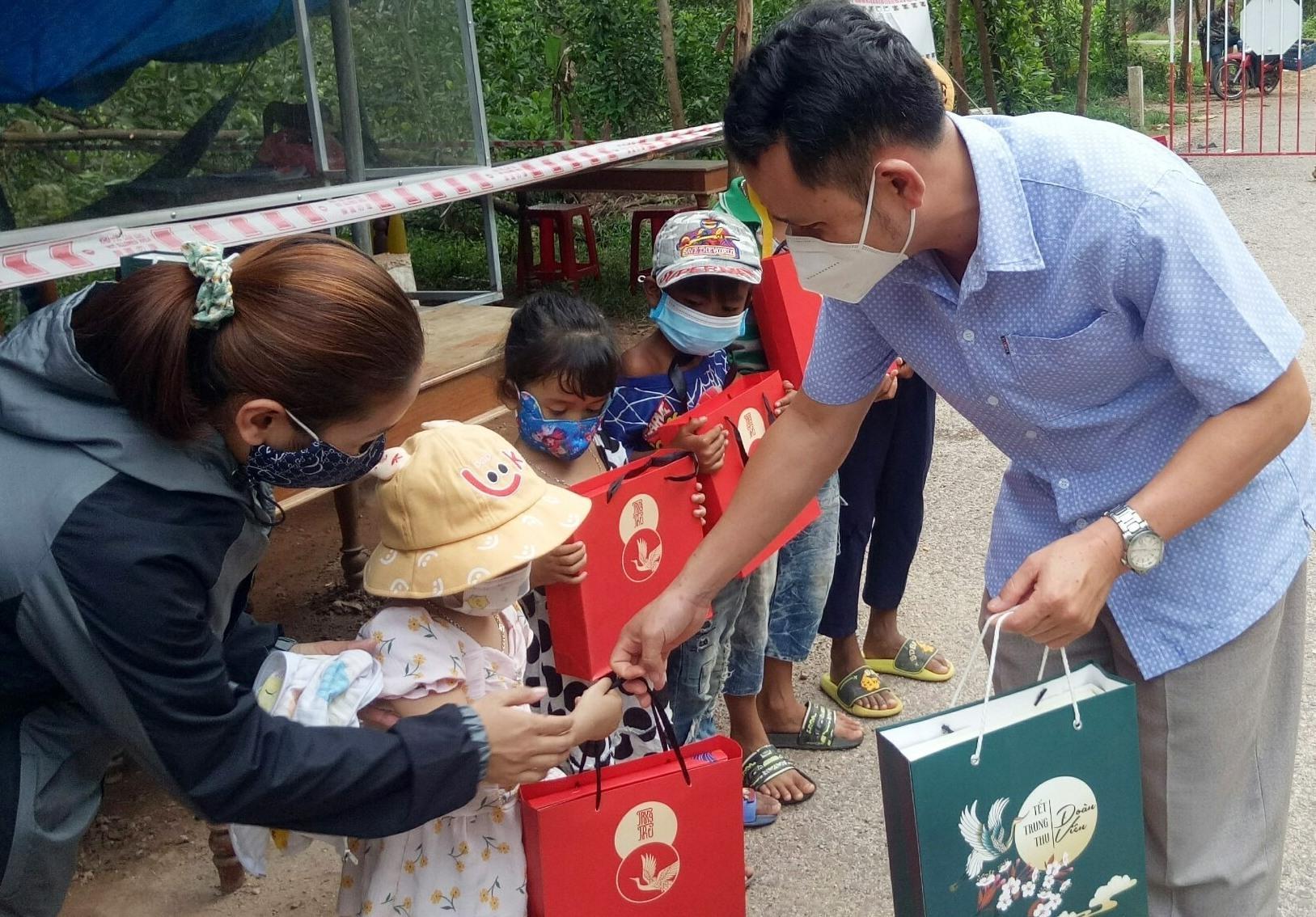 Phó Chủ tịch UBND huyện Đông Giang - Đỗ Hữu Tùng tận tay trao quà Tết trung thu cho các em nhỏ con của cán bộ, chiến sĩ tham gia trực chốt kiểm soát chống dịch Covid-19. Ảnh: Đ.N