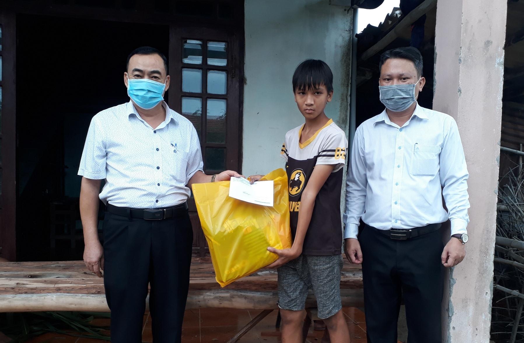Lãnh đạo huyện Quế Sơn tặng quà trung thu cho trẻ em bị đau ốm ở xã Quế Xuân 1. ảnh DT