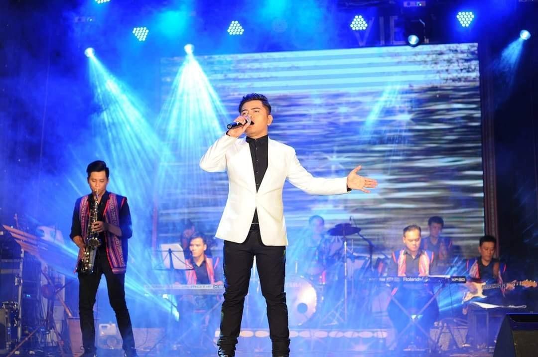 Ca sĩ Y Jang Tuyn trên một sân khấu biểu diễn. Ảnh: FBNV