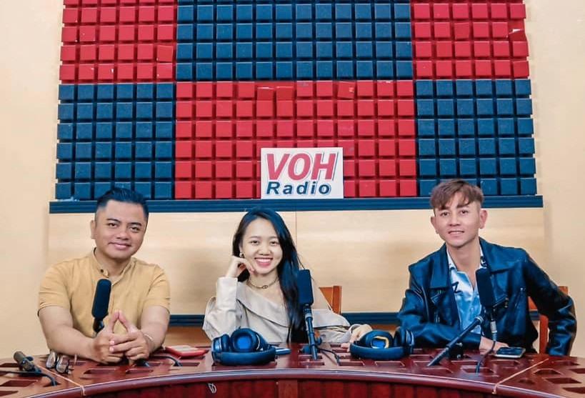Ca sĩ, biên tập viên Y Jang Tuyn (bên trái) trong một cuộc giới thiệu gương mặt nghệ sĩ Tây Giang (bên phải) với khán thính giả TP.Hồ Chí Minh. Ảnh: FBNV