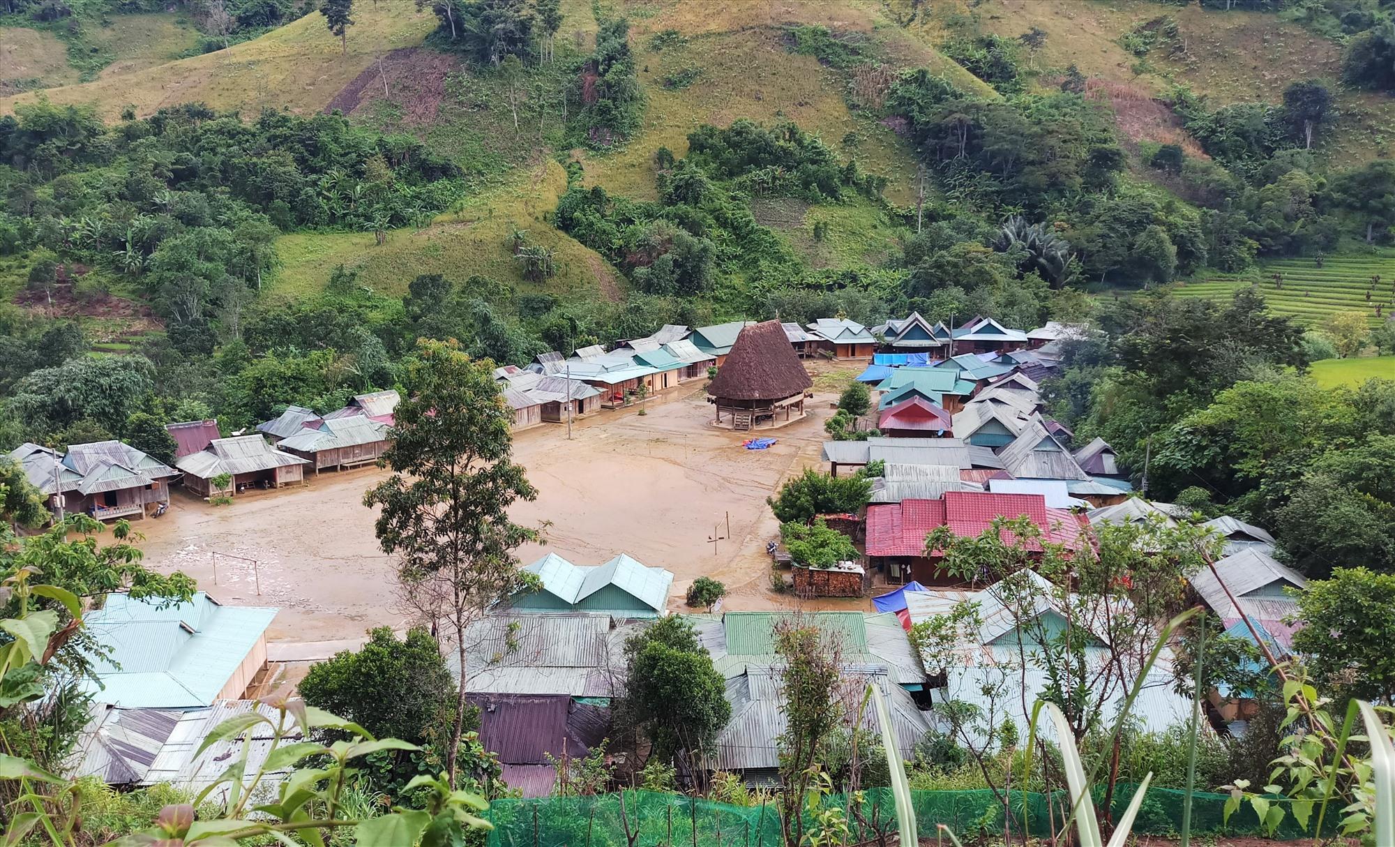 Một góc làng Glao giáp biên giới Việt - Lào. Ảnh: ALĂNG NGƯỚC