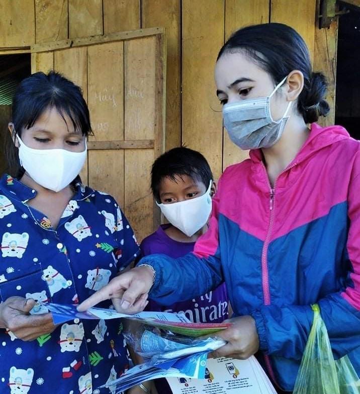 Trương Thị Luôn vận động dân làng Cheng Tông tìm hiểu thông tin phòng chống dịch Covid-19. Ảnh: ALĂNG NGƯỚC