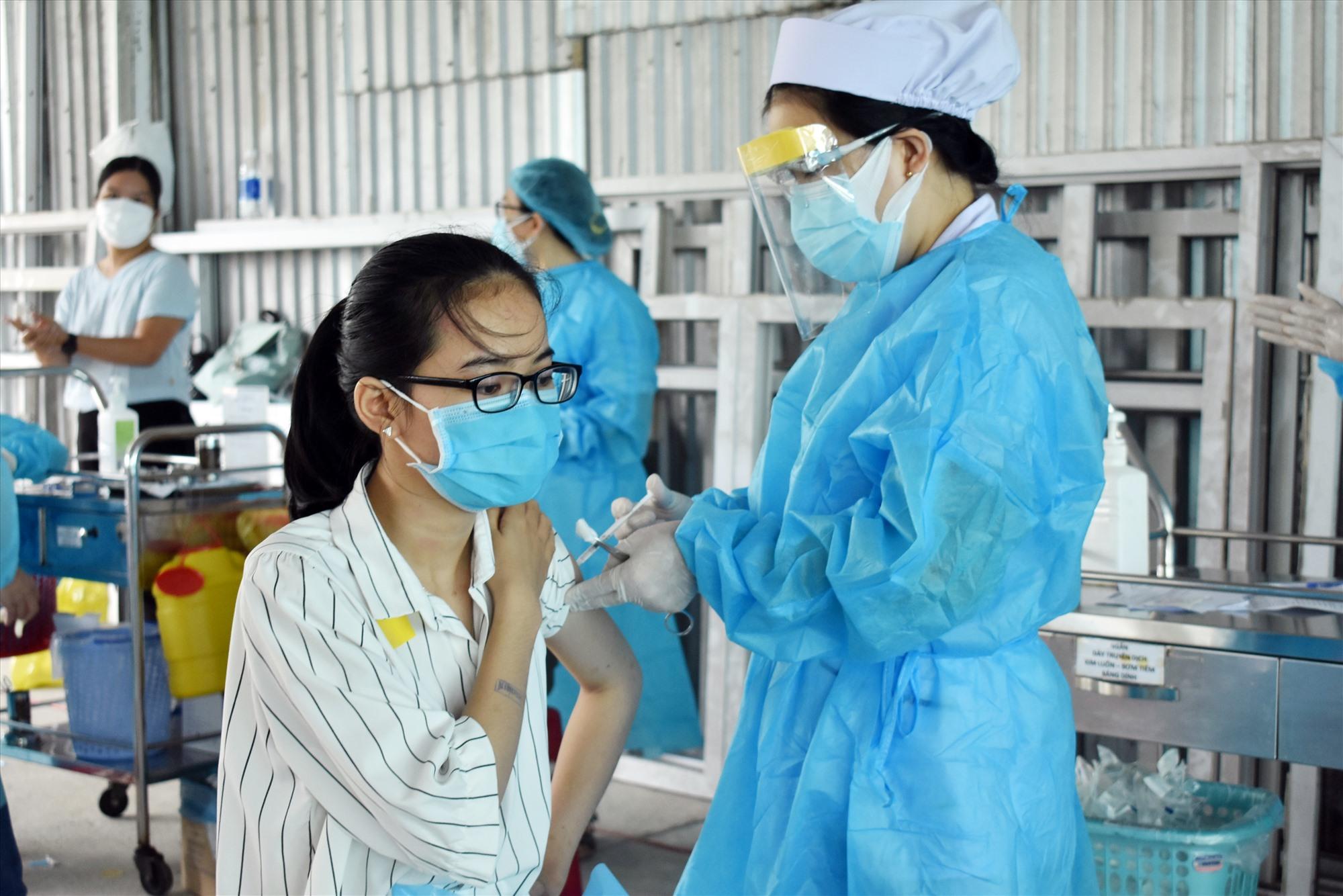 Tiêm ngừa vắc xin Covid-19 cho người lao động trong các khu, cụm công nghiệp sẽ đảm bảo hoạt động sản xuất ổn định. Ảnh: V.L