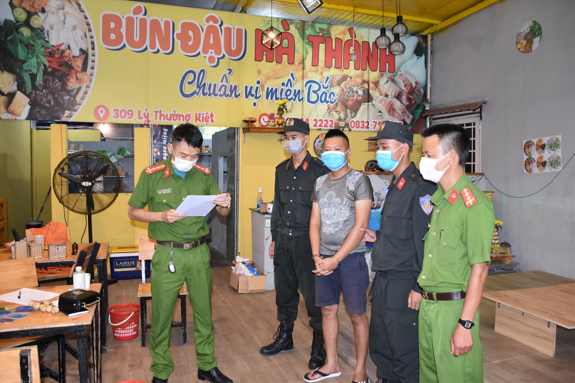 Cơ quan điều tra tống đạt quyết định khám xét khẩn cấp chỗ ở của Lâm Quang Phát trên đường Lý Thường Kiệt.