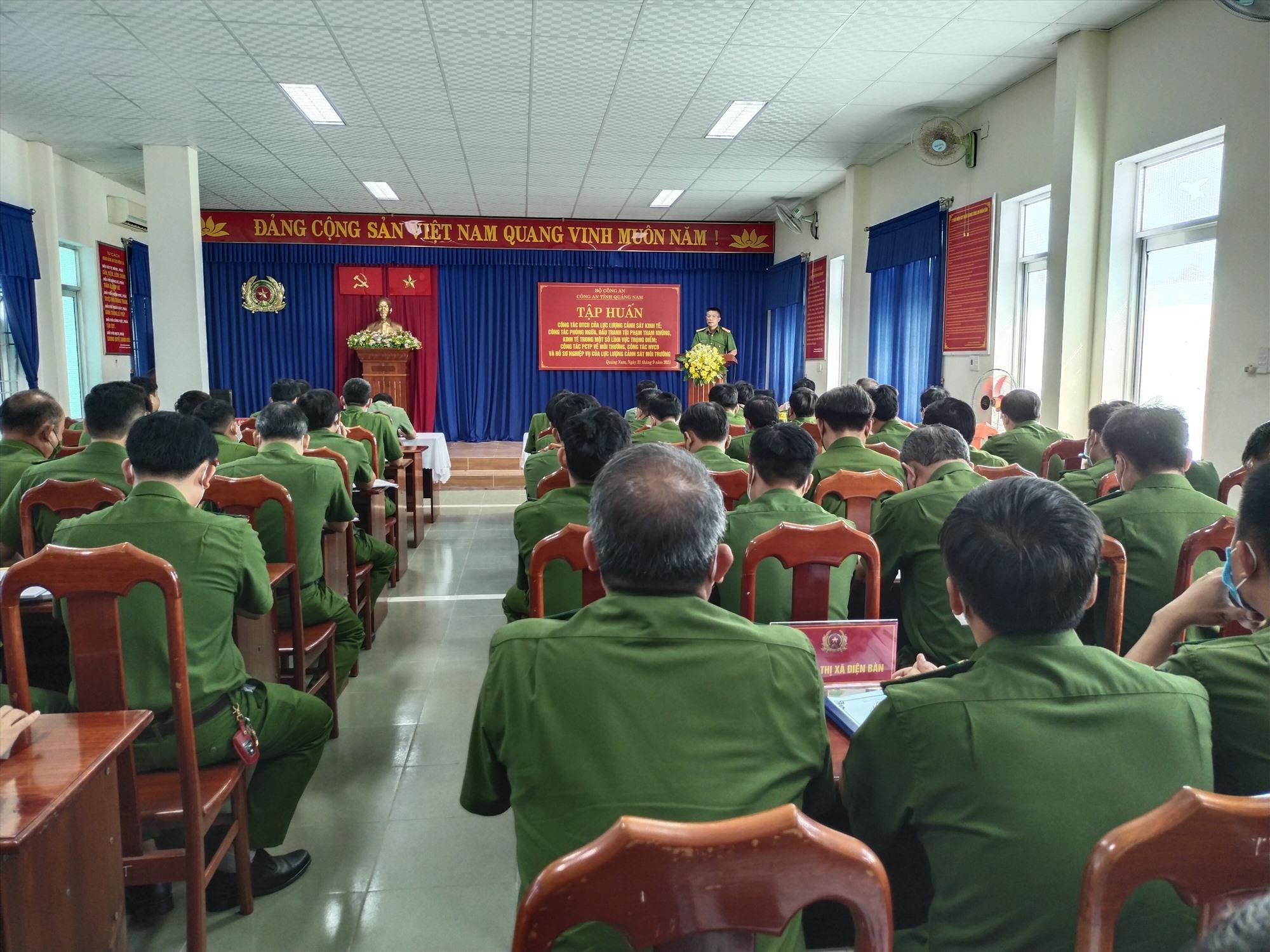 Cán bộ chiến sĩ các đội nghiệp vụ của công an 18 huyện, thị xã, thành phố dự tập huấn