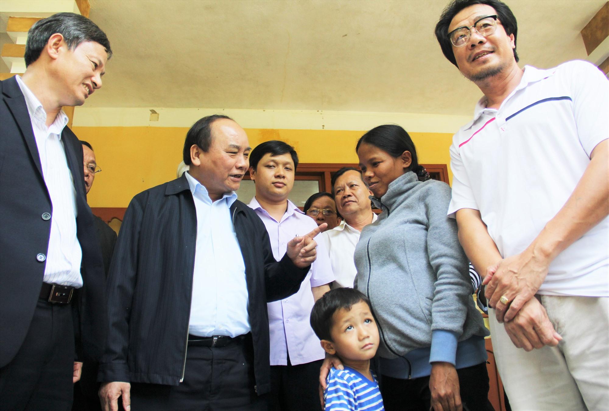 Chị Hồ Thị Hiếu nhận lời động viên của đồng chí Nguyễn Xuân Phúc, vào tháng 3.2016, lúc bấy giờ là Phó Thủ tướng Chính phủ. Ảnh: ALĂNG NGƯỚC