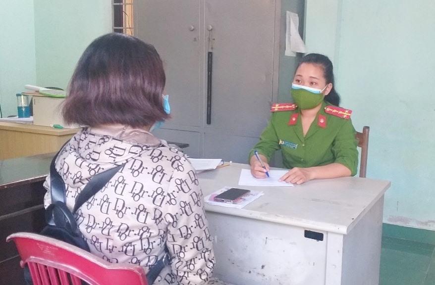 Công an phường Vĩnh Điện làm việc với chị Đ.T.P.