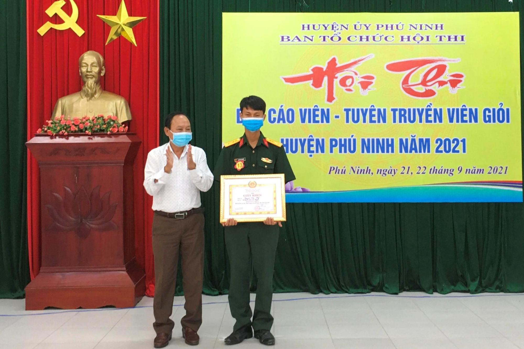 Bí thư Huyện ủy Vũ Văn Thẩm trao giải nhất cho Đại úy Nguyễn Văn Mỹ-Đảng bộ Quân sự huyện.
