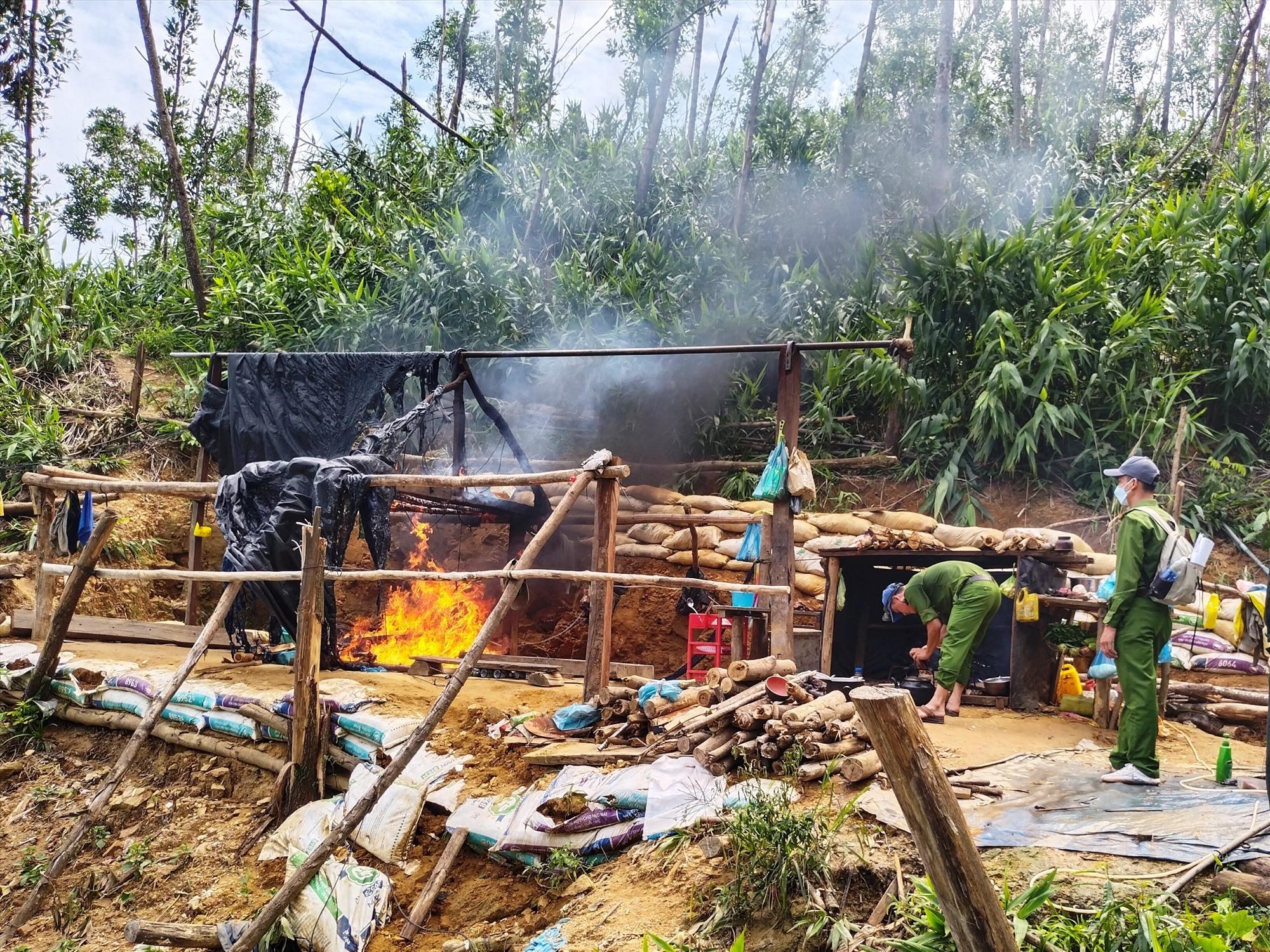 Cơ quan chức năng đốt phá một lán trại của nhóm khai thác vàng trái phép tại bãi vàng Bồng Miêu.