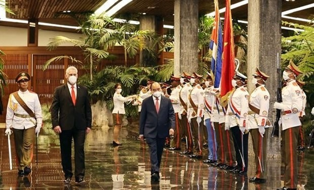 President Nguyen Xuan Phuc (R) was welcomed by First Secretary of the Communist Party of Cuba Central Committee and President of Cuba Miguel Díaz-Canel Bermúdez. (Photo: VNA)