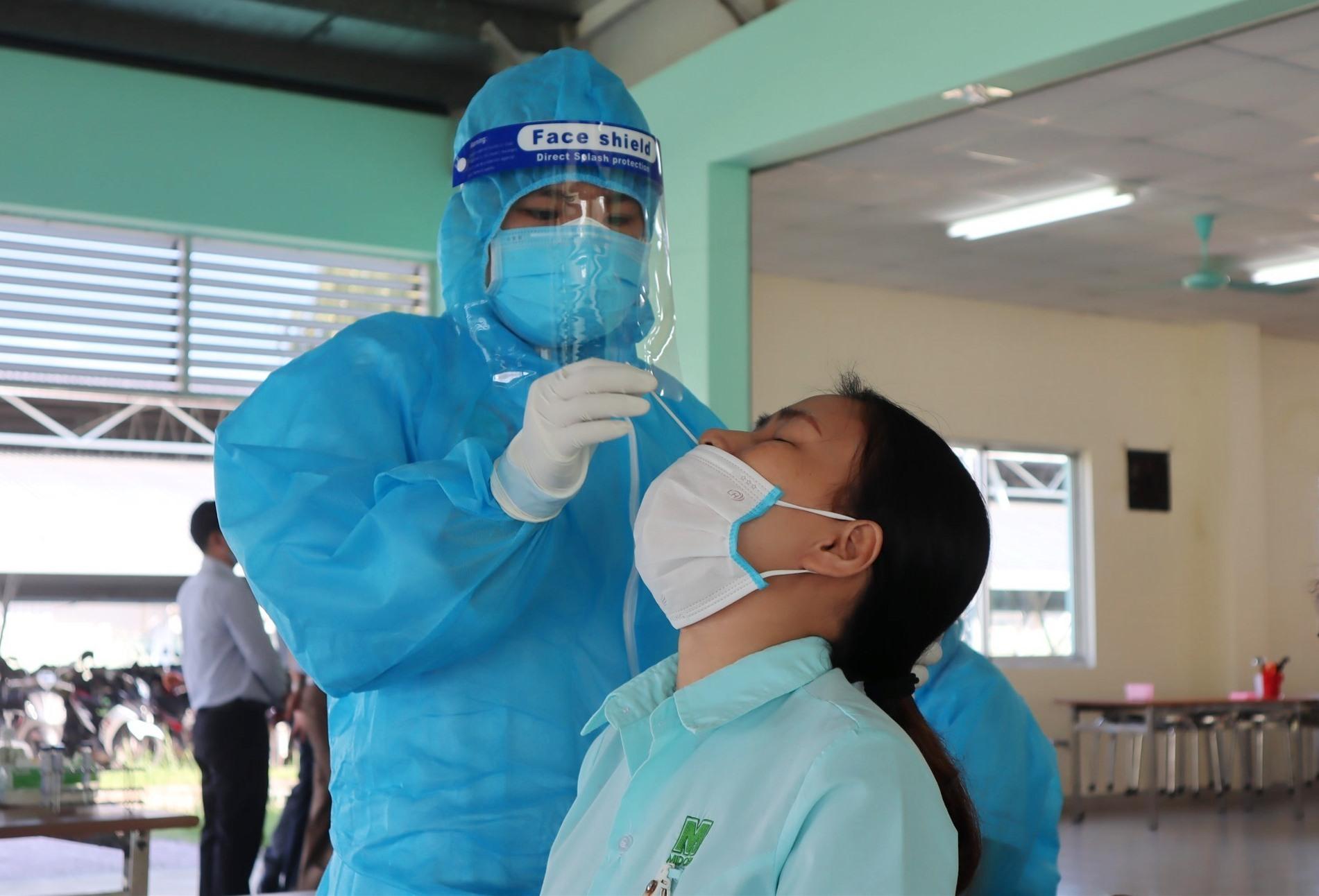 Thị xã Điện Bàn đang thực hiện việc xét nghiệm lấy mẫu cho công nhân. Ảnh: Q.T