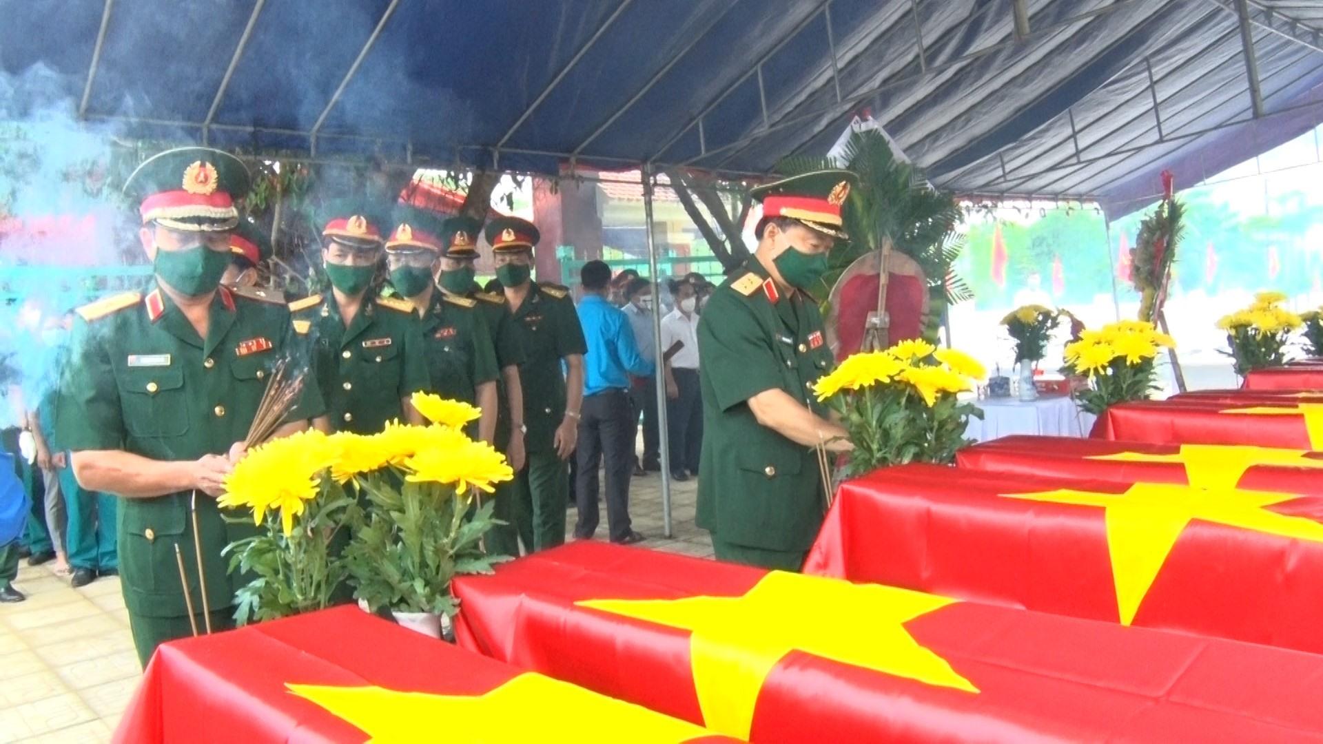 Cán bộ, chiến sĩ và nhân dân dâng hương tưởng niệm anh hùng liệt sĩ. Ảnh: N.P