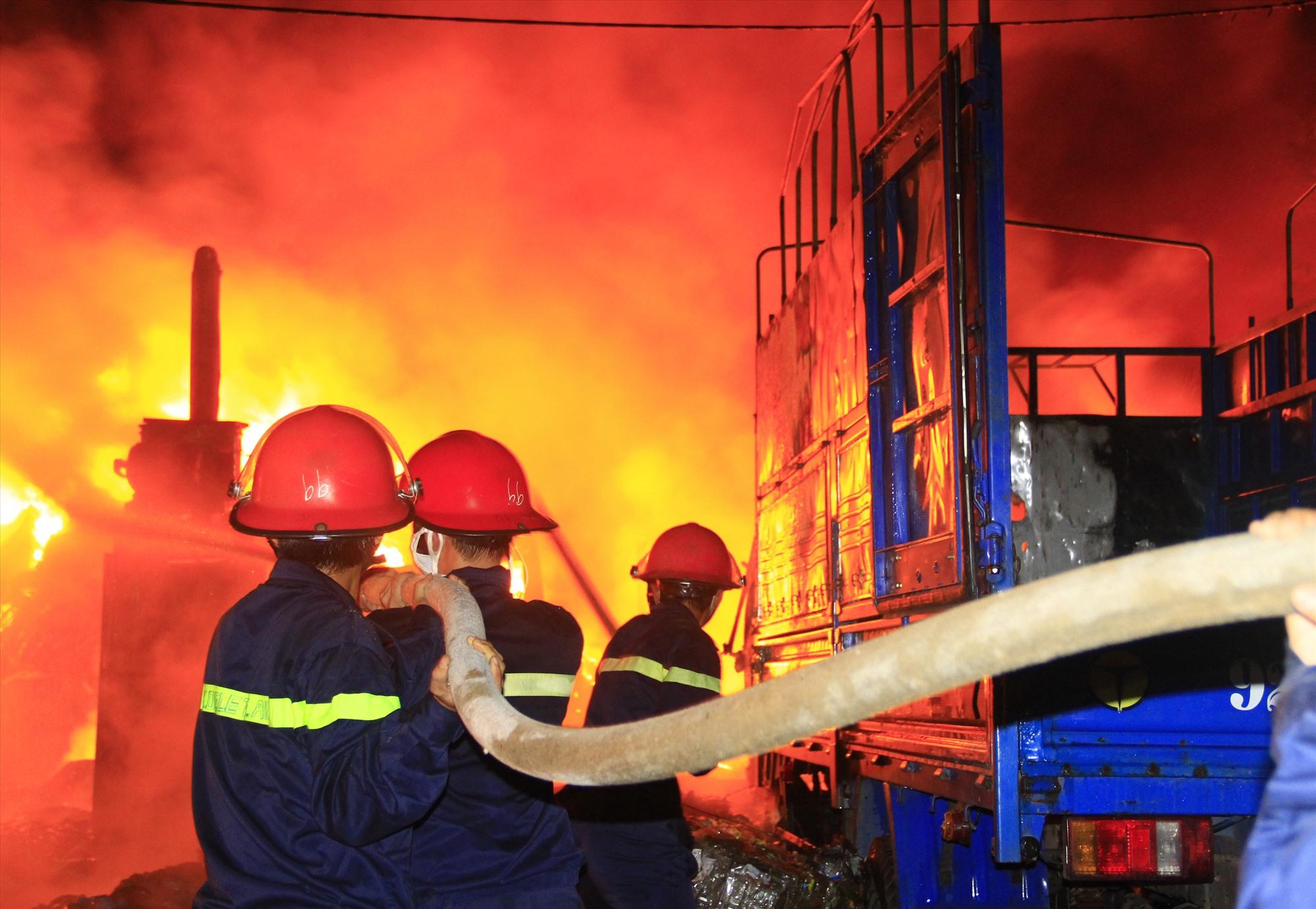 Đối đầu với nhiều hiểm nguy, song lực lượng phòng cháy chữa cháy luôn nỗ lực hết mình vì nhiệm vụ. Ảnh:T.C