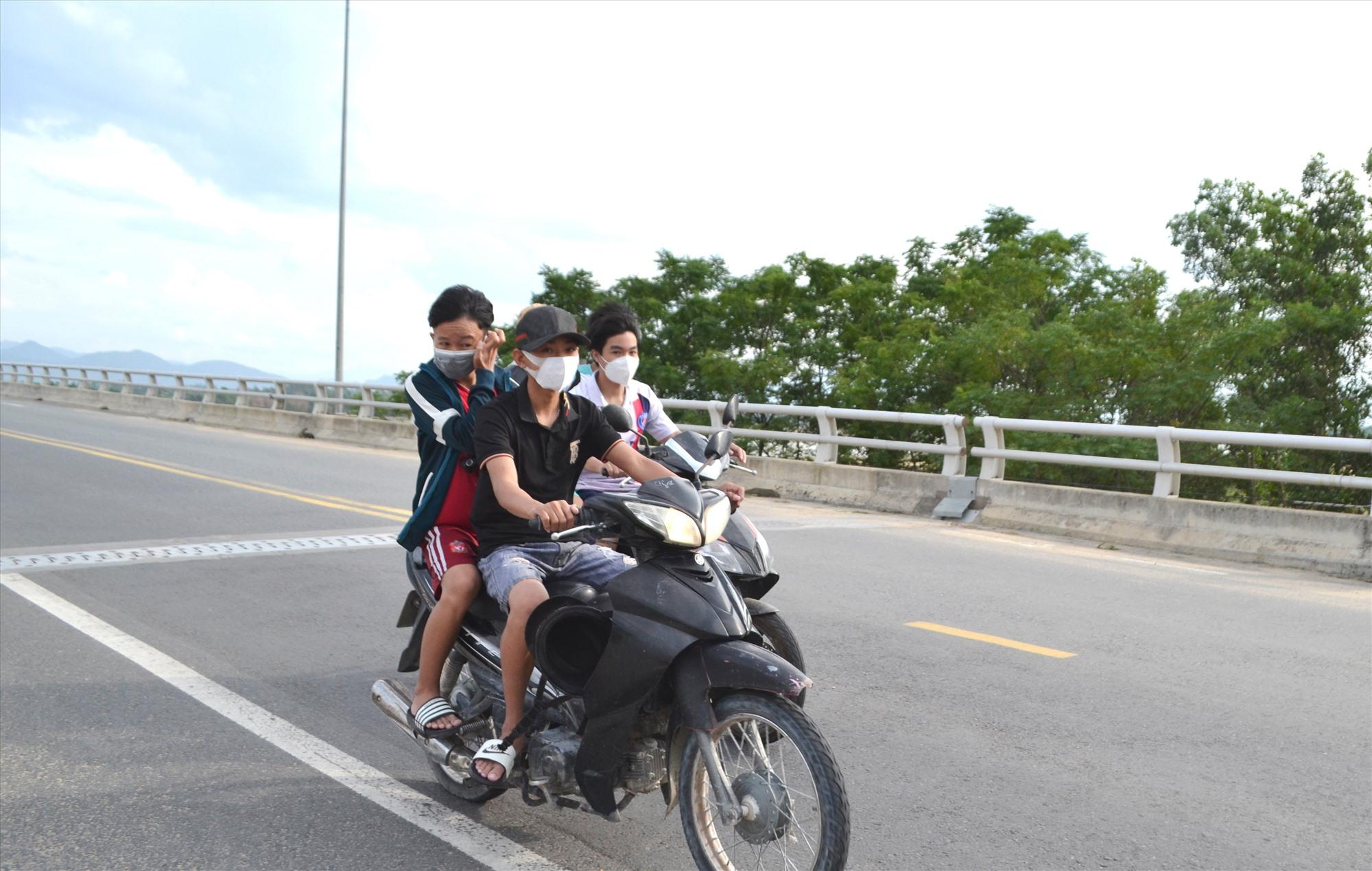 Học sinh chưa đủ tuổi đi xe máy, đầu không đội mũ bảo hiểm là vi phạm pháp luật (ảnh chụp trên cầu Giao Thủy, địa phận Duy Xuyên-Đại Lộc). Ảnh: K.K