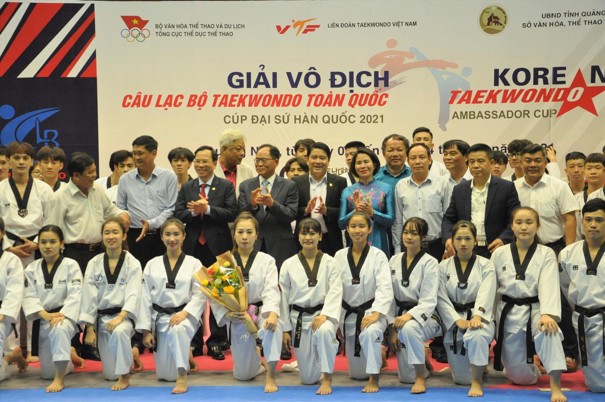 Đại sứ Hàn Quốc tại Việt Nam, lãnh đạo Tổng cục TD-TT, UBND tỉnh Quảng Nam cùng các vận động viên tại giải vô địch các Câu lạc bộ Taekwondo toàn quốc 2021. Ảnh: A.S