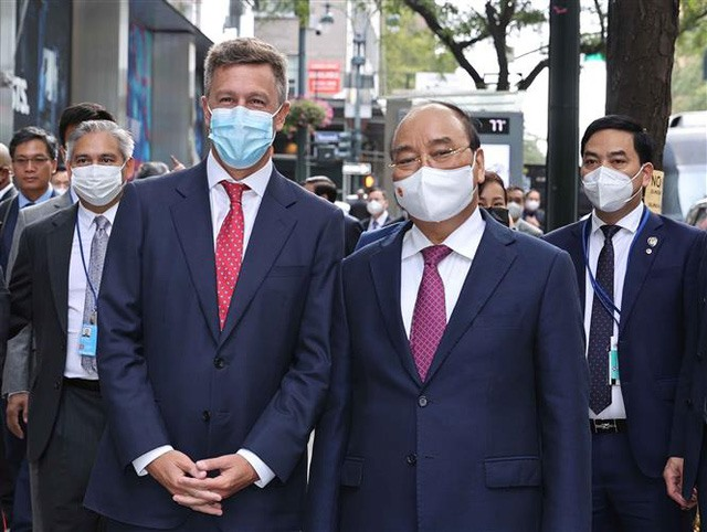 Chủ tịch nước Nguyễn Xuân Phúc và Phó Chủ tịch Công ty Pfizer Jonathan Selib. Ảnh: TTXVN