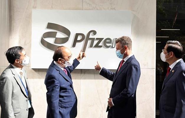 Chủ tịch nước Nguyễn Xuân Phúc thăm Công ty Pfizer. Ảnh: TTXVN