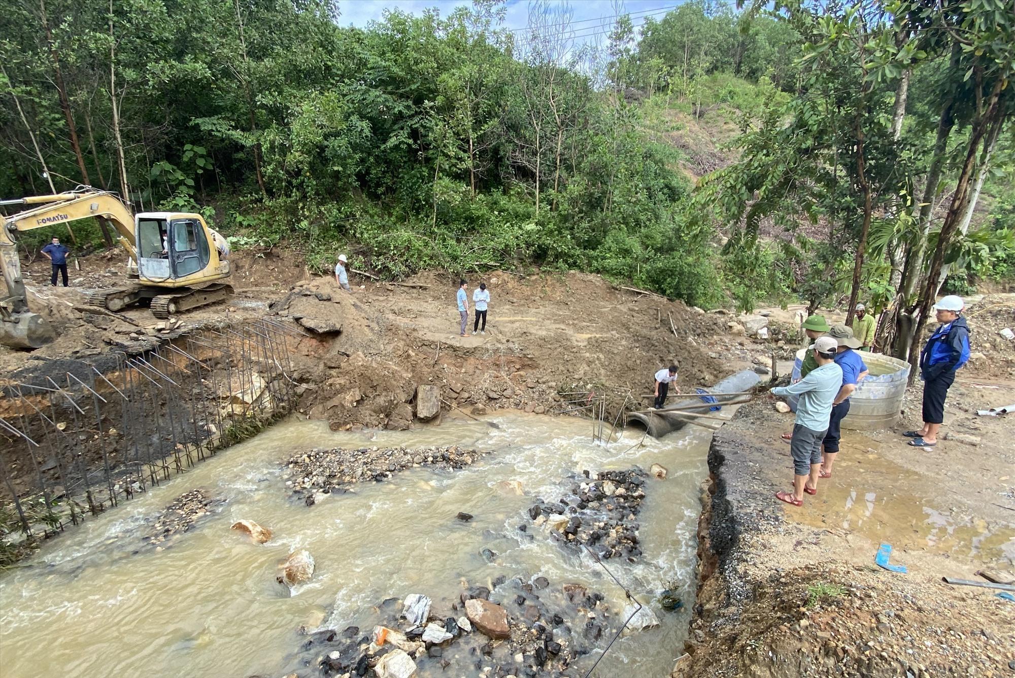 Lãnh đạo huyện Phước Sơn chỉ đạo khắc phục tại cầu Cống Bản thôn 3, xã Phước Chánh.