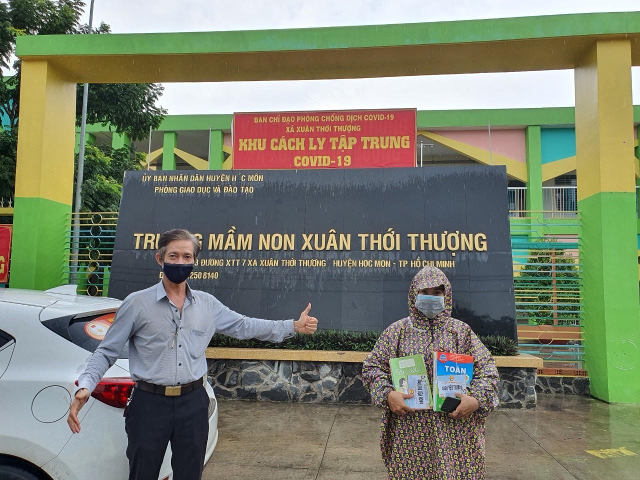 Trao  sách giáo khoa đến đồng hương Quảng Nam. Ảnh: QNB