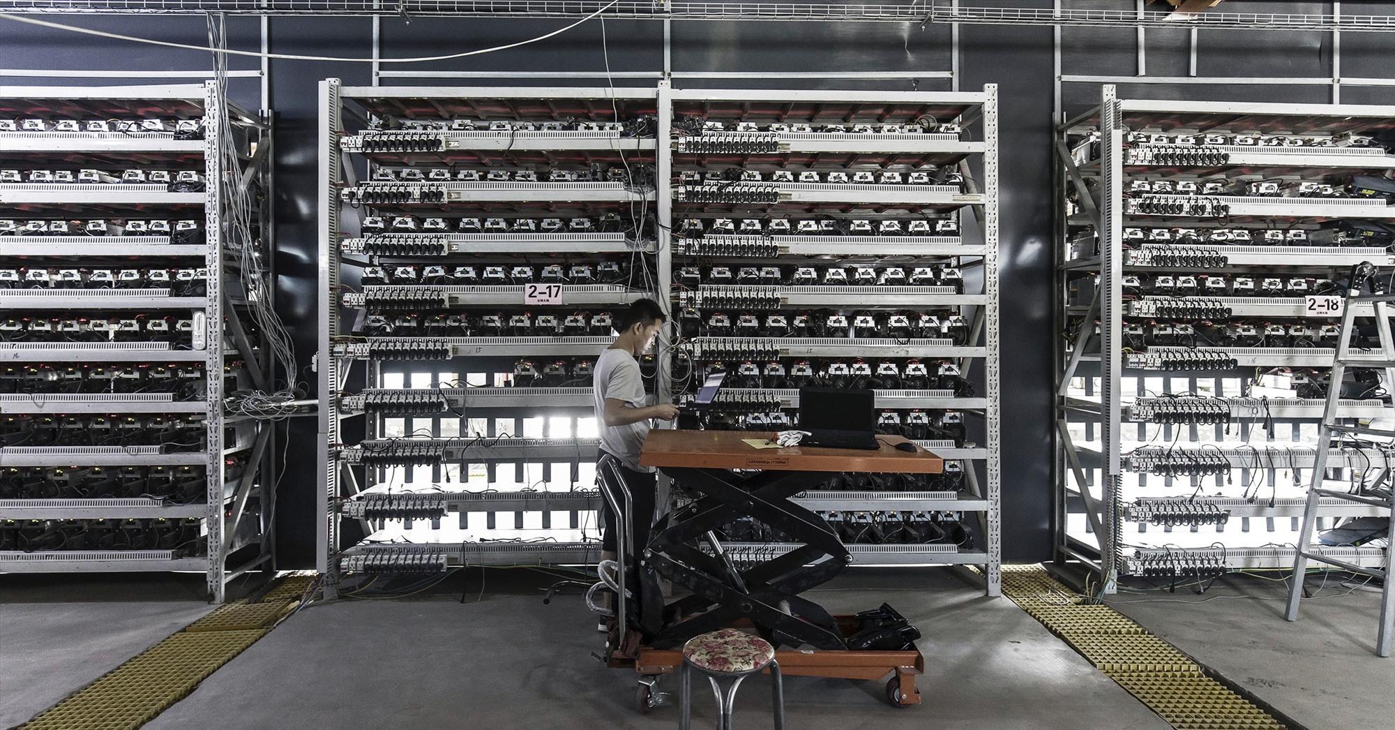 Hàng ngàn máy đào bitcoin cỡ lớn ở Trung Quốc phải xếp xó khi thị trường tiền điện tử thoái trào. Ảnh: Getty Images