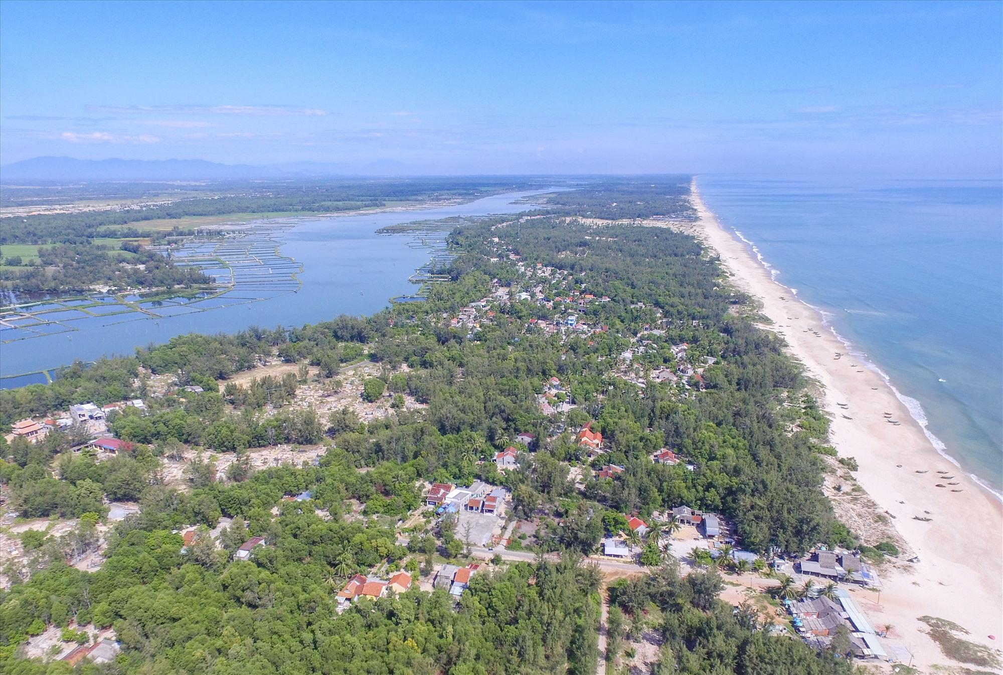 Dải đất nằm giữa sông Trường Giang và biển qua xã Tam Thanh (TP.Tam Kỳ). Ảnh: NGUYỄN CAO HOÀI