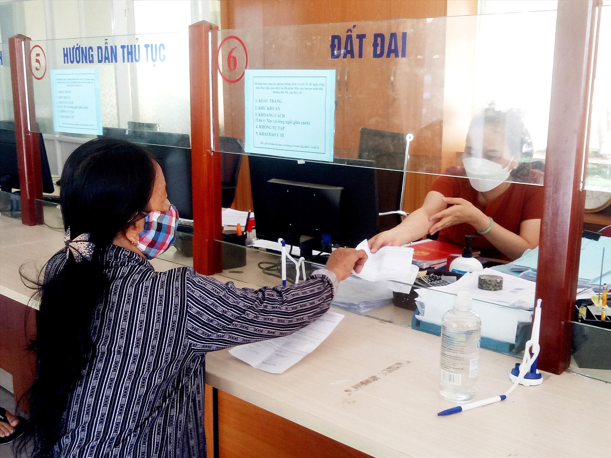 Phú Ninh khuyến khích người dân sử dụng dịch vụ công trực tuyến. Ảnh: Đ.V
