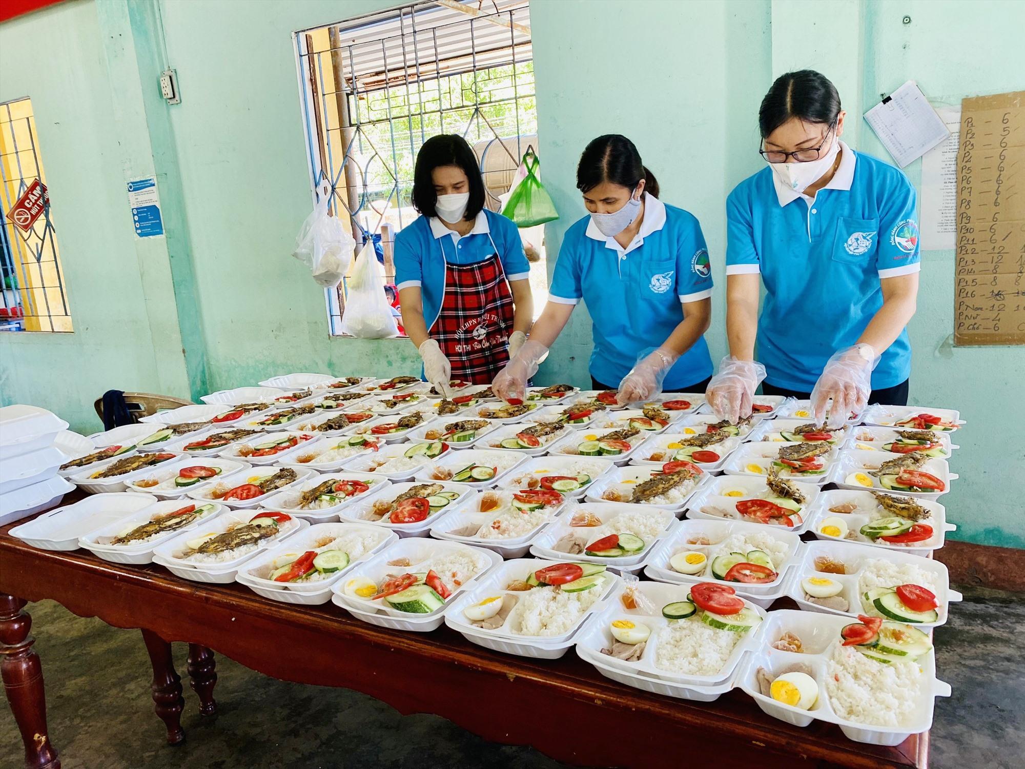 Các suất ăn từ thiện hỗ trợ cho người thực hiện cách ly tập trung cũng cần đảm bảo ATVSTP. Ảnh: H.Q
