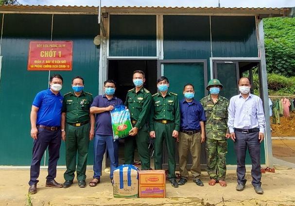 Thăm, tặng quà tại chốt kiểm dịch biên giới tại xã Gari, huyện Tây Giang.