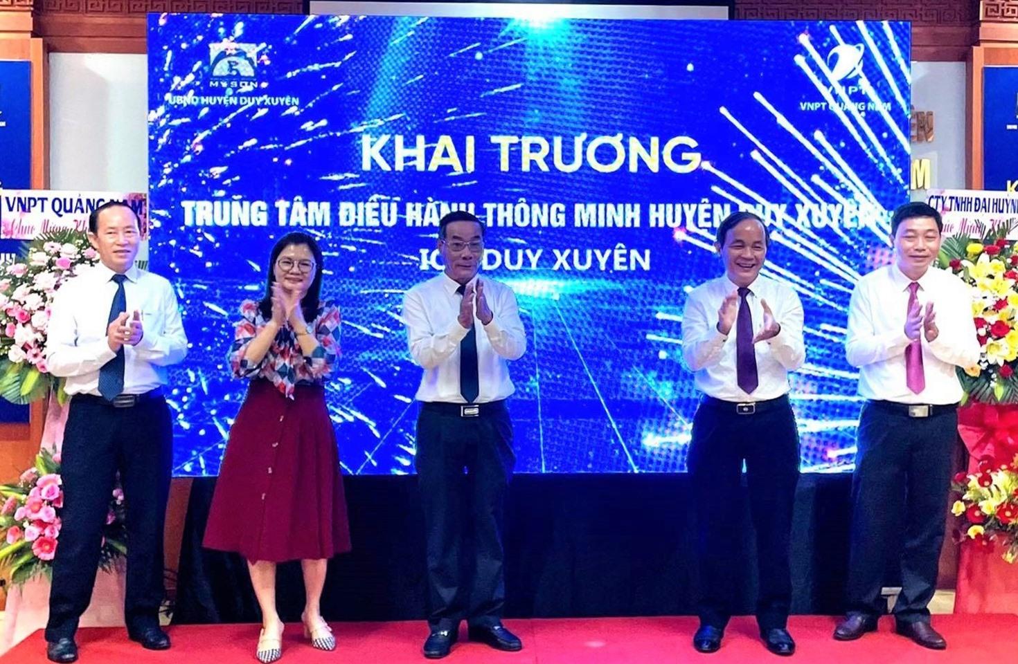 Các đại biểu lãnh đạo chúc mừng khai trương Trung tâm Điều hành thông minh huyện Duy Xuyên. Ảnh: Đ.T