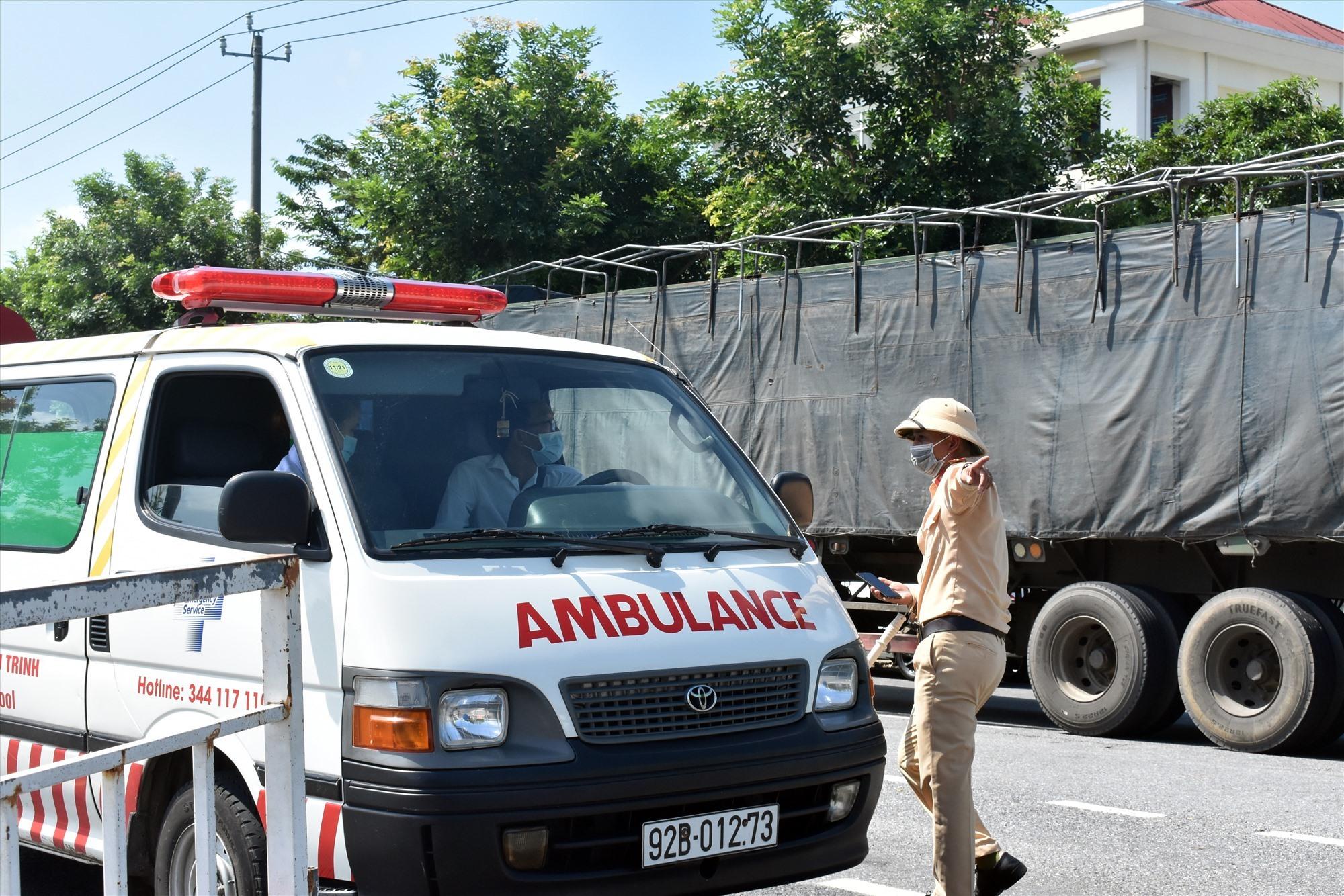 Việc kiểm soát ngõ vào Đà Nẵng rất gắt gao, kể cả xe cứu thương cũng phải xuất trình giấy tờ lưu thông -Ảnh: V.L