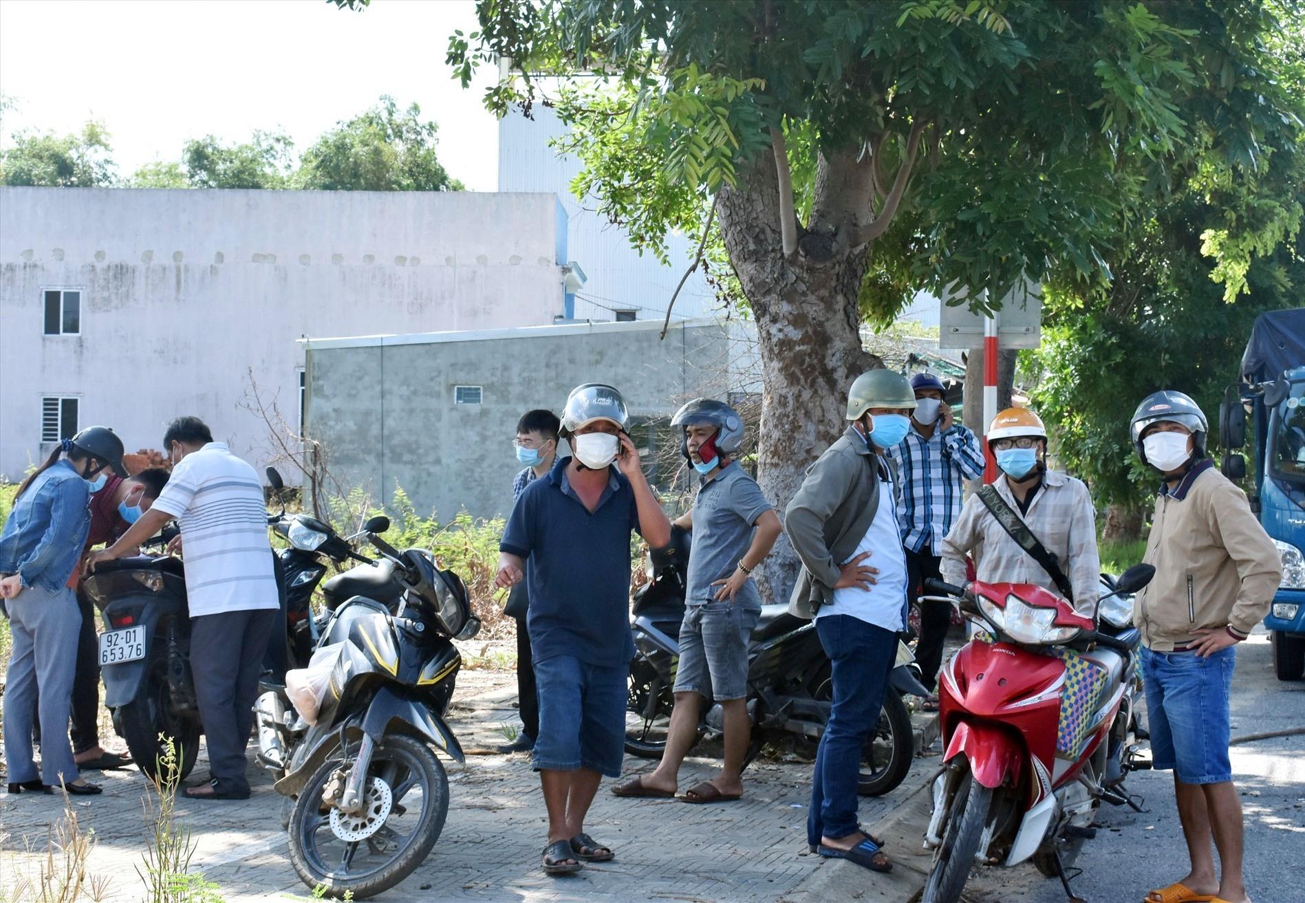 Nhiều người dân từ Quảng Nam bị mắc kẹt tại Trạm Kiểm soát cửa ô Hòa Phước sáng nay - Ảnh: V.L