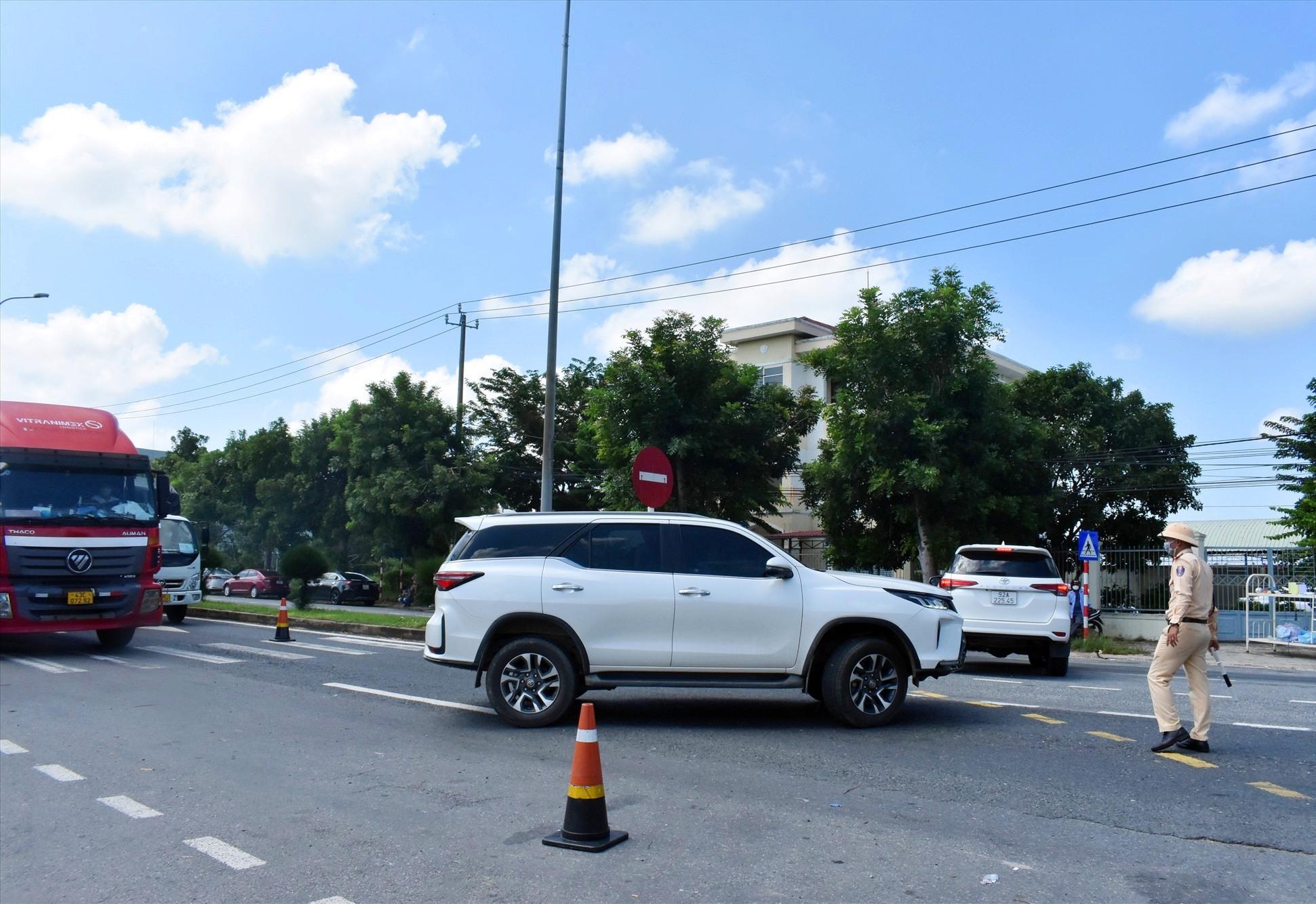 Một số phương tiện phải quay về lại Quảng Nam - Ảnh: V.L